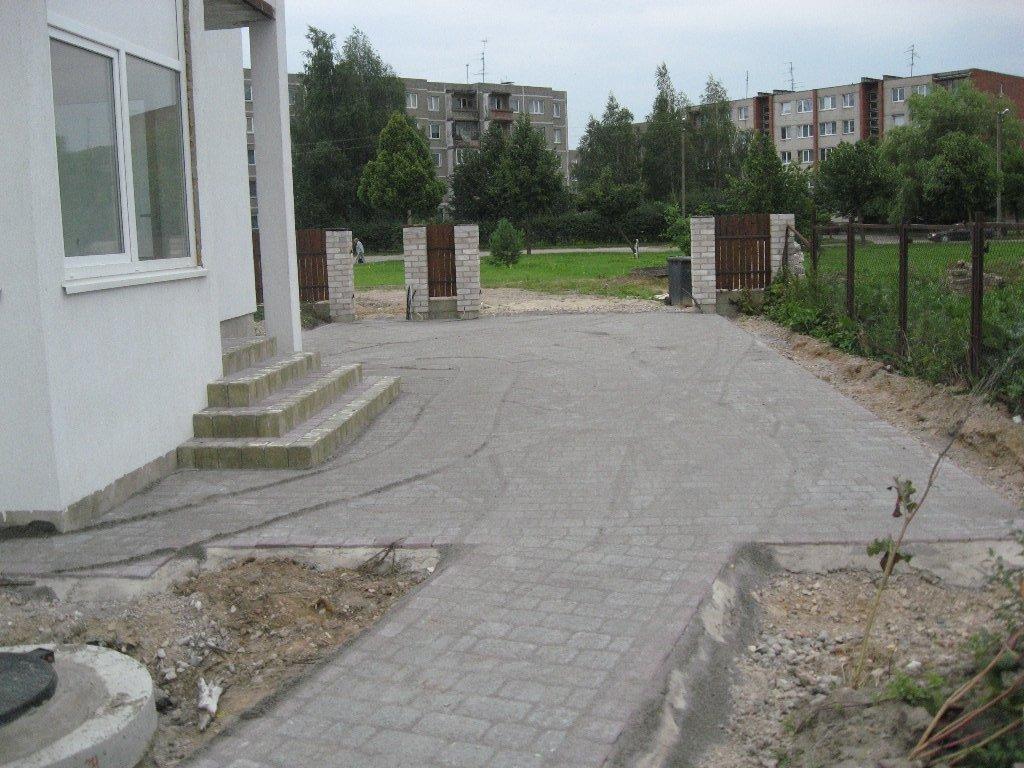 betono trinkelių kiemas