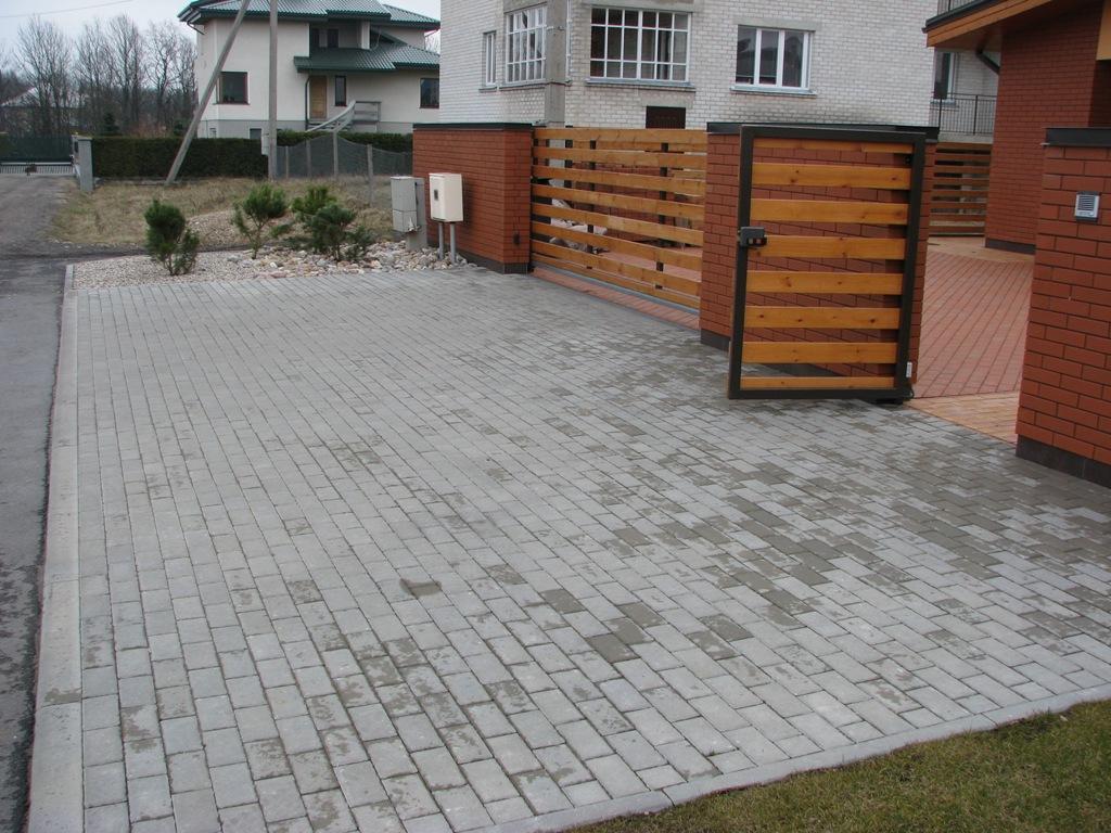 privažiavimas prie namo kiemo iš betono trinkelių