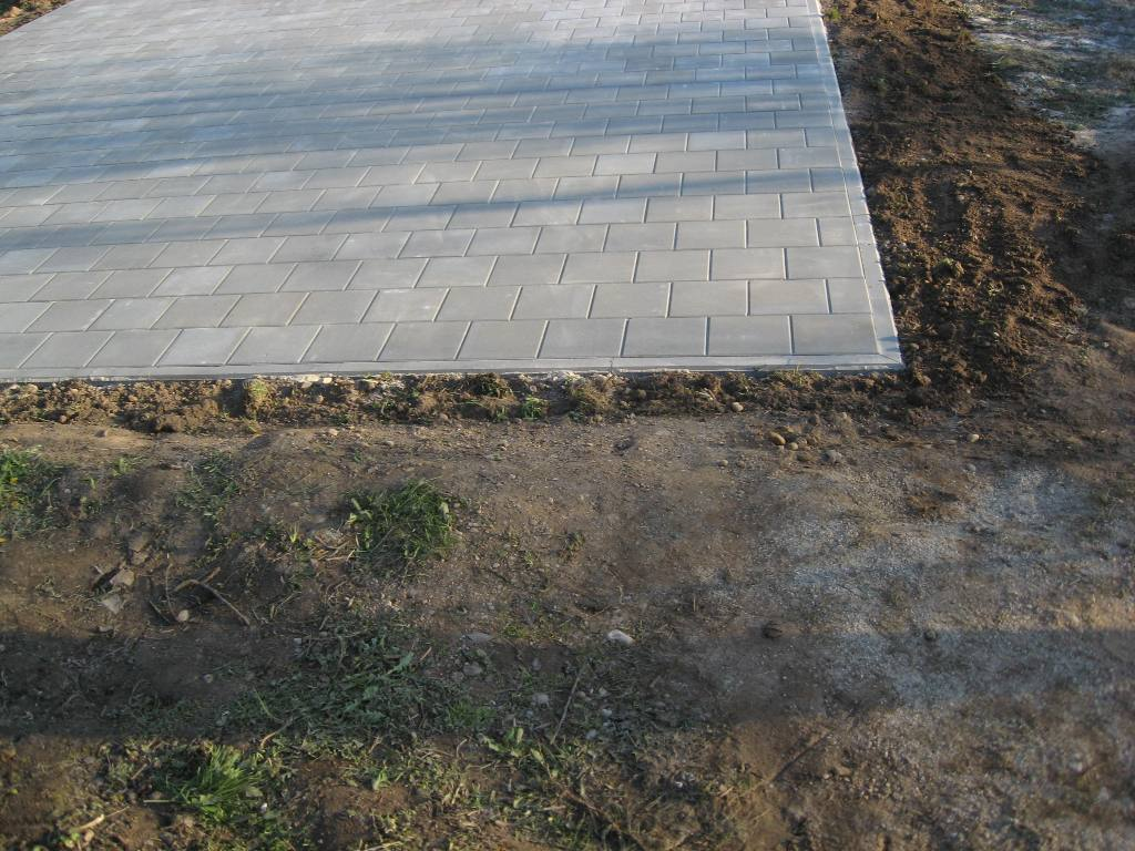 krepšinio aikštelė iš betoninių trinkelių