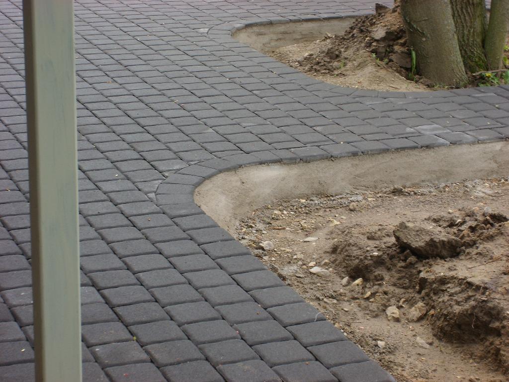 kiemas klotas betoninėmis trinkelėmis