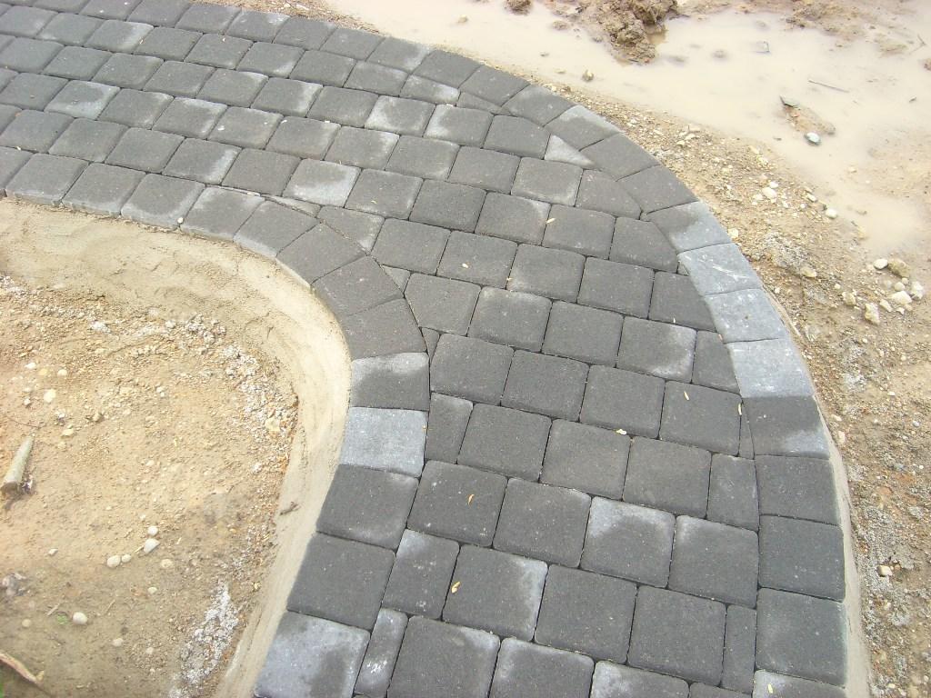 betoninių trinkelių tako lenkimasis