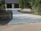 kiemas klotas betono trinkelėmis