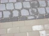 rašto perėjimas iš skirtingų betoninių trinkelių
