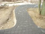 vingiuotas takas iš betoninių trinkelių