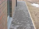 betoninių trinkelių tako klojimas aplinkui namą