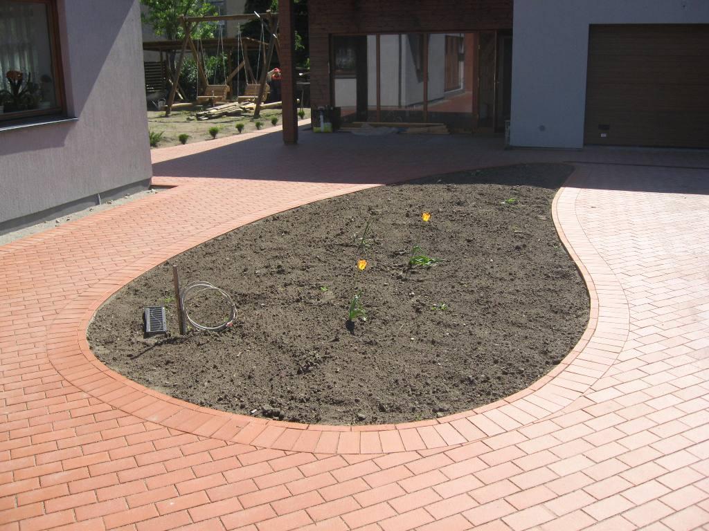 ovalas iš trinkelių gėlių darželiui