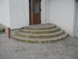 apvalūs laiptai prie pagrindinių namo durų iš trinkelių