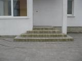 laiptai prie pagrindinių namo durų iš trinkelių